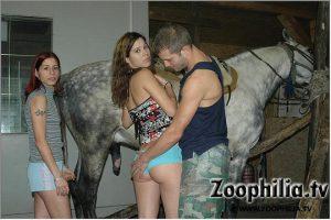 Девка сосет мерину, а приятельница сношается с мужиком зоо порево фотографии