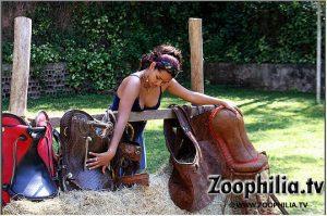 Фото минет зоопорно порево на травке со конём