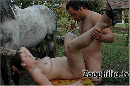 Вызывающие фото порнушки возле лошади