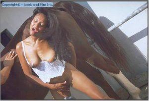 Латинская зоофилка в сексуальном белье сосет лошаденке horse porn photo